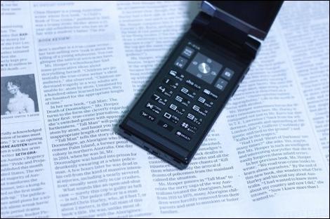スマートフォンの使用率は20代で4割に。一方で全体の使用率はたったの1割。使いたいと思わないという意見は5割超に。