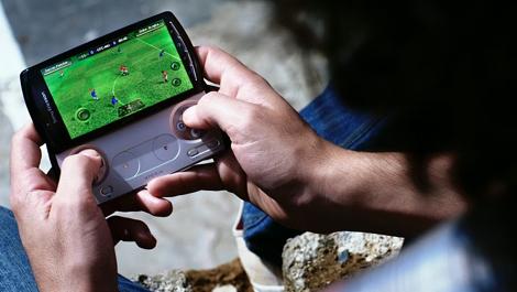 初代プレステのゲームをプレイできる「Xperia PLAY」がなんとauからも発売!?