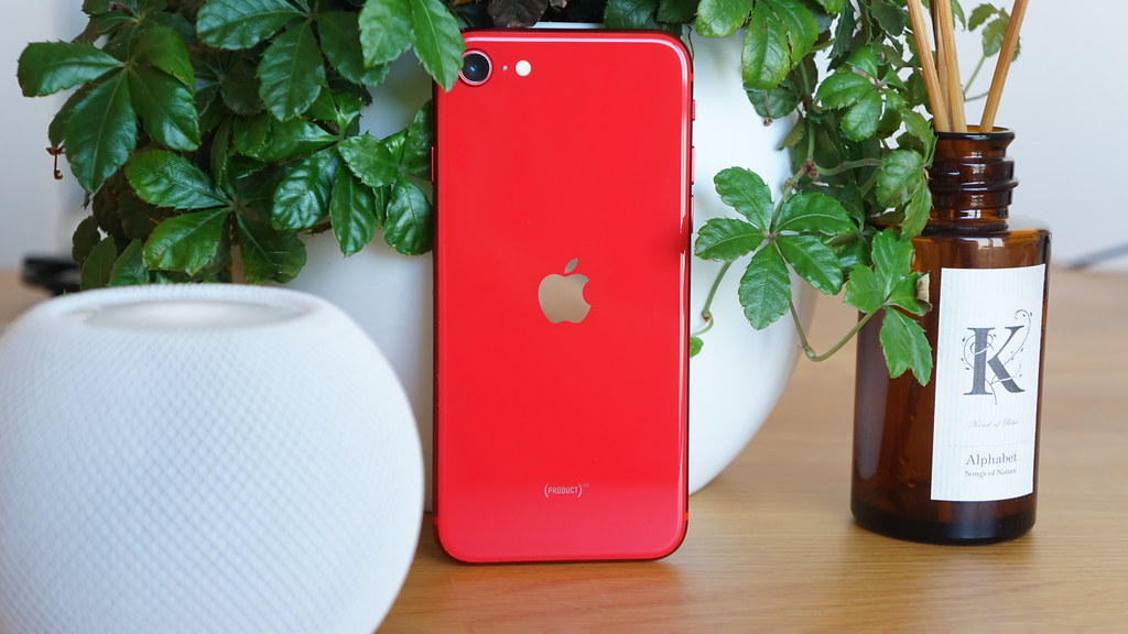 iPhone SE4は新デザイン採用?6.1インチ、パンチホールの噂