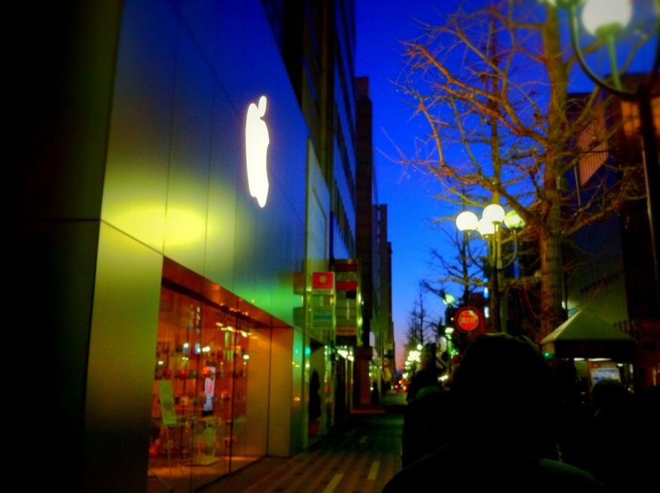 2014年のLucky Bagを求めて200人が並ぶApple Store札幌に雪が舞い散る!