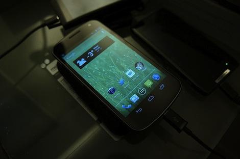 ドコモ、「GALAXY NEXUS SC-04D」専用のクレードルを7月24日より発売。