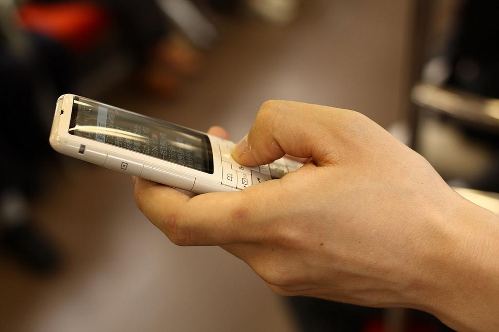 1台につき月100円からの課税を求める「携帯電話税」は新設見送りに