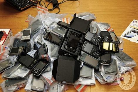 携帯電話とスマホの普及率が初めて1人1台を上回る。