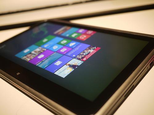 ドコモ、法人向けにXiのWindow 8タブレットを提供へ。個人向けにはWindows Phone 8の提供も。