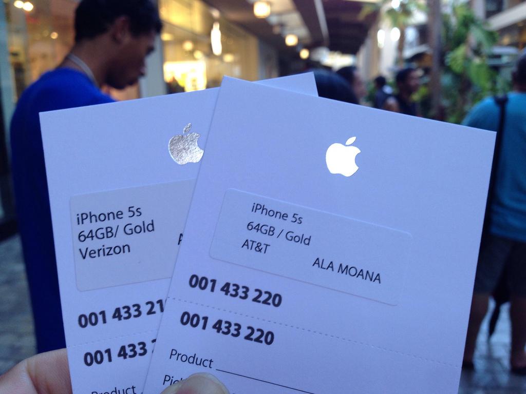 iPhone 5sの在庫薄が解消されるのは12月ごろ?予約無しで購入する方法もあるようです