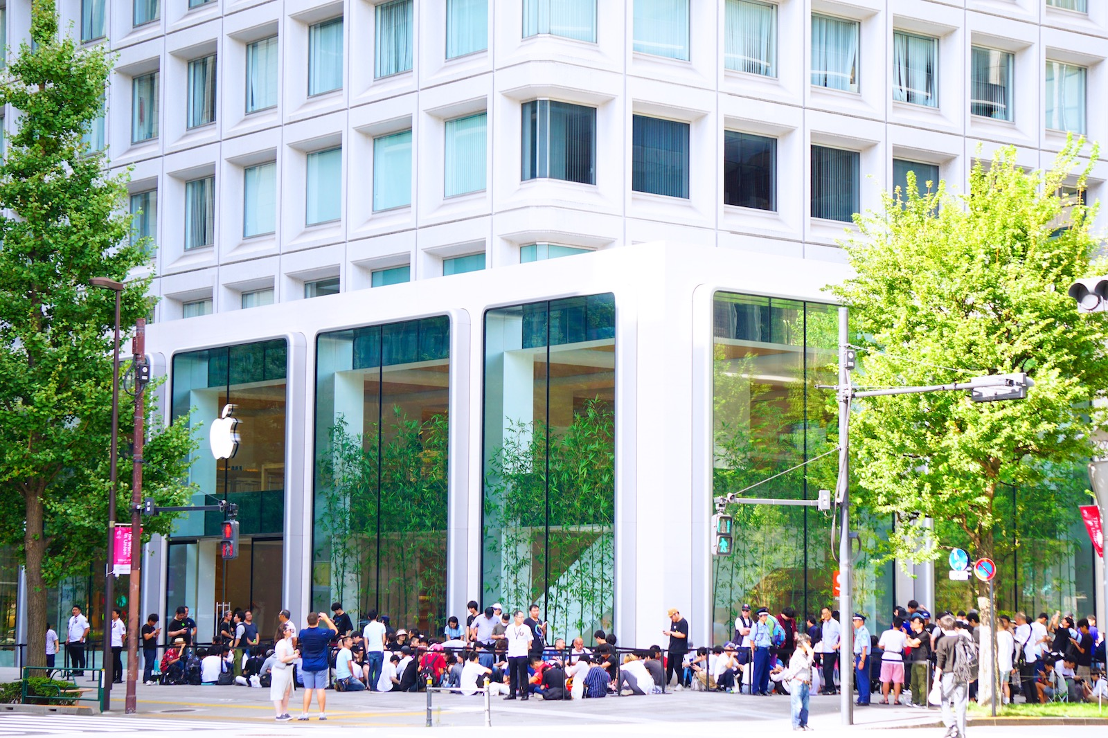 「Apple丸の内」がオープン。1,500人超の行列、記念トートバッグの配布終了
