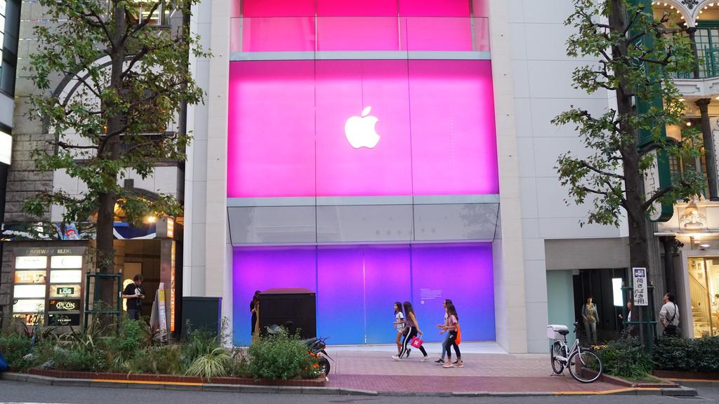 Apple渋谷、オープン日に記念Tシャツ・ピンバッジを先着でプレゼント