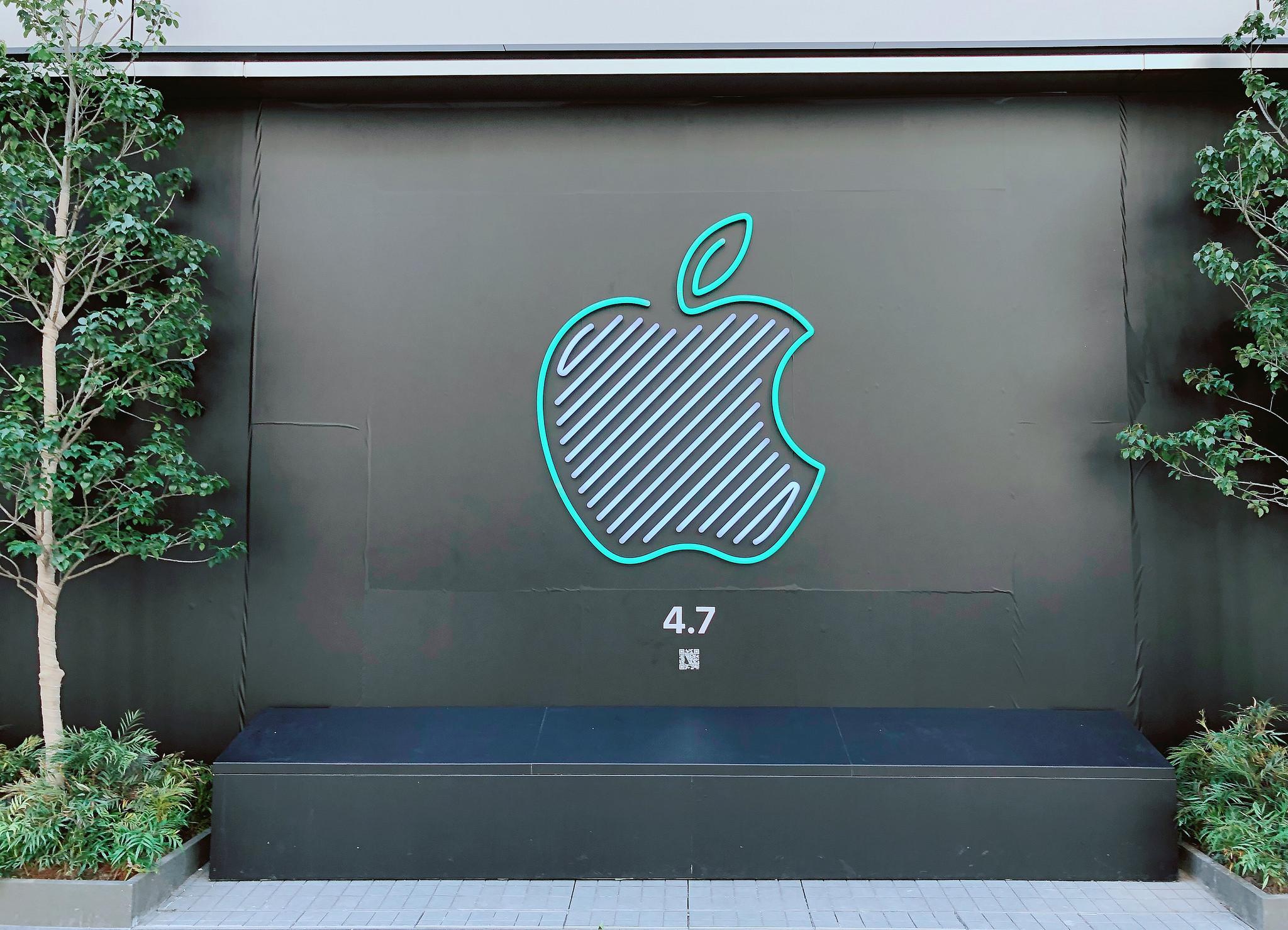 「Apple新宿」、オープン前に特別なネオンのAppleロゴ登場