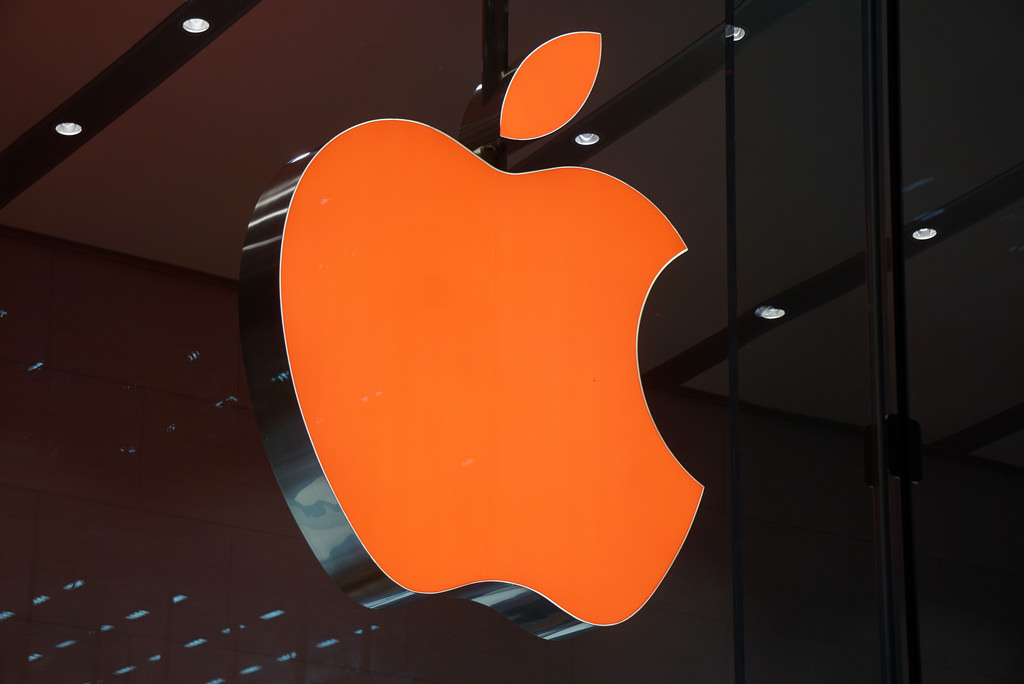 なぜ?Apple Storeのアップルロゴが赤色に光った理由