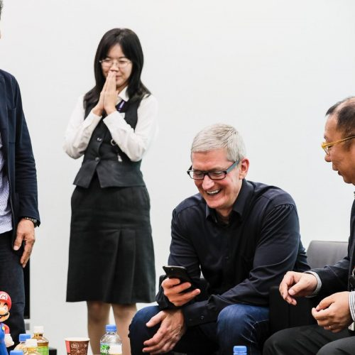 アップルCEO、任天堂を訪問「スーパーマリオラン」をプレイ