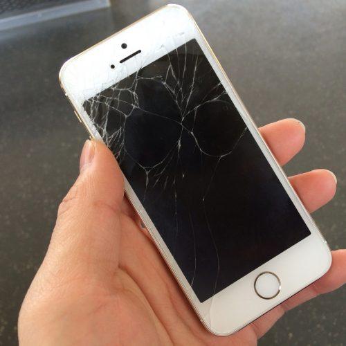 画面割れ修理も、auがiPhone/iPadの店頭修理受付サービスを開始