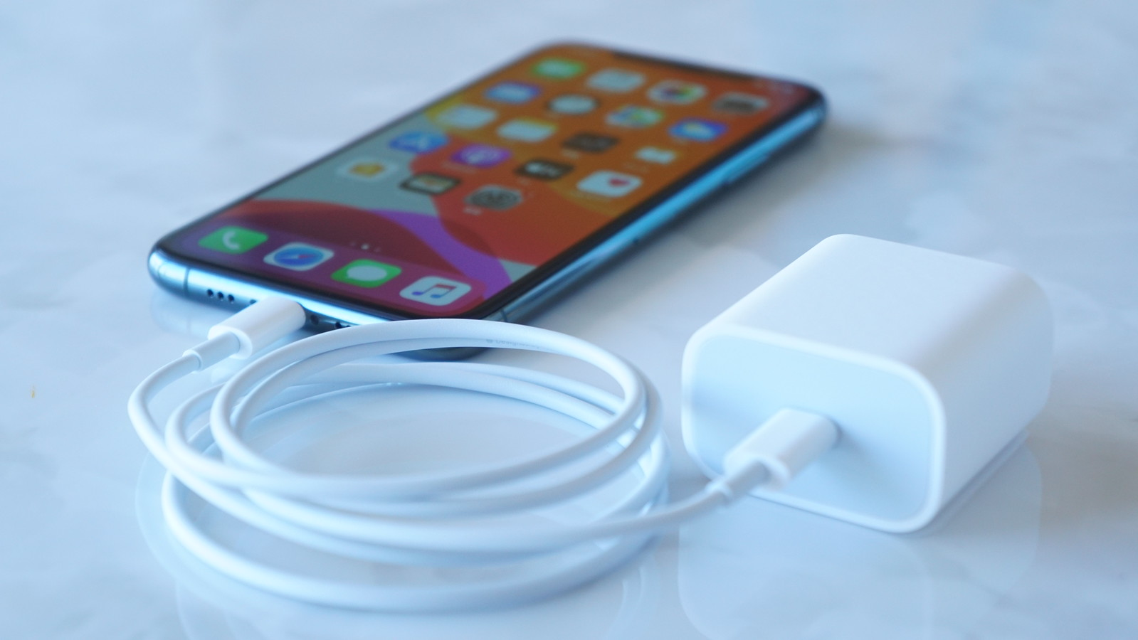 iPhone 12、20W電源アダプタ同梱か。バッテリー増量が関係?