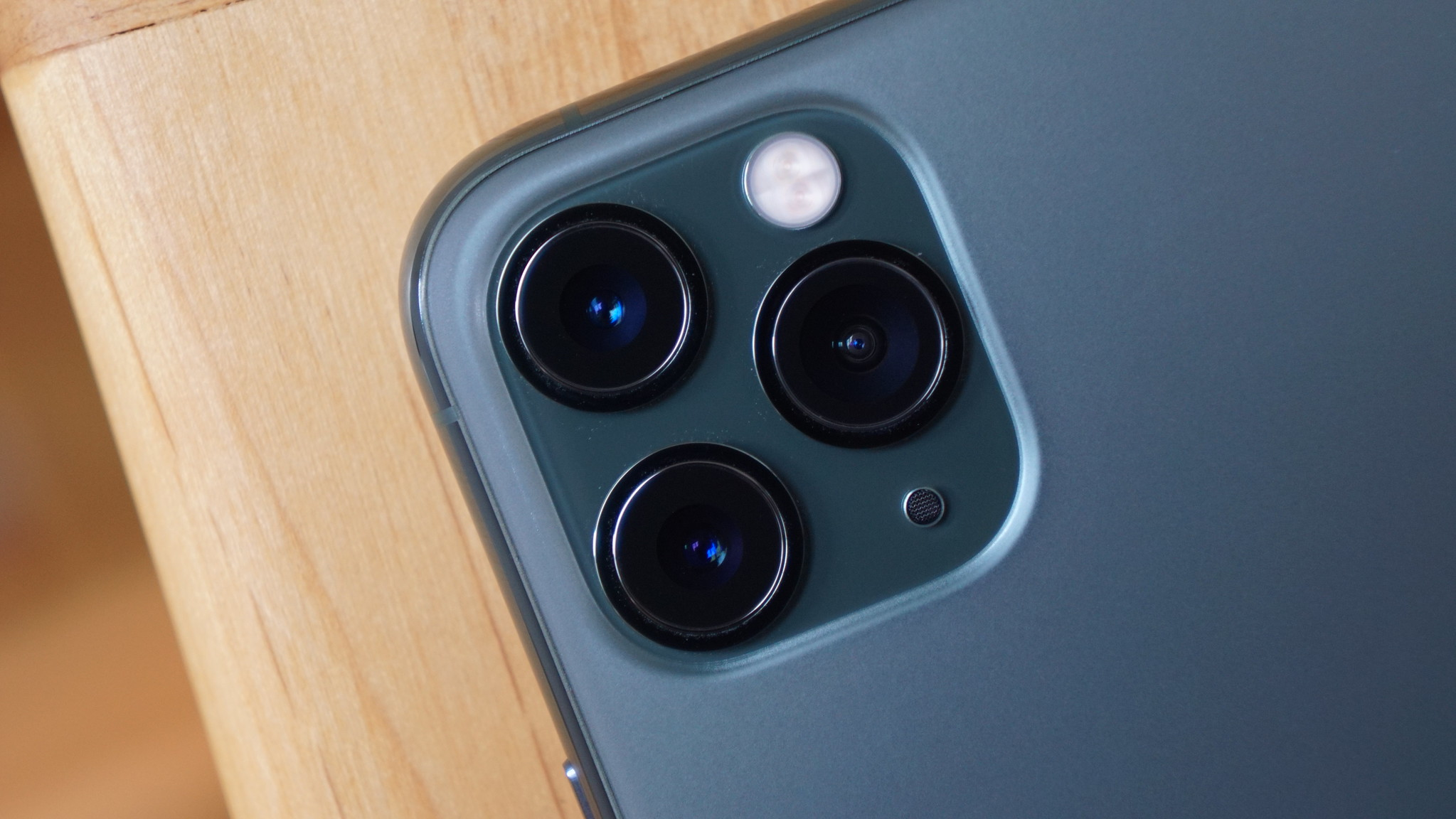 iPhone 13、5カメラ搭載か。新しいアナモフィックレンズ追加?