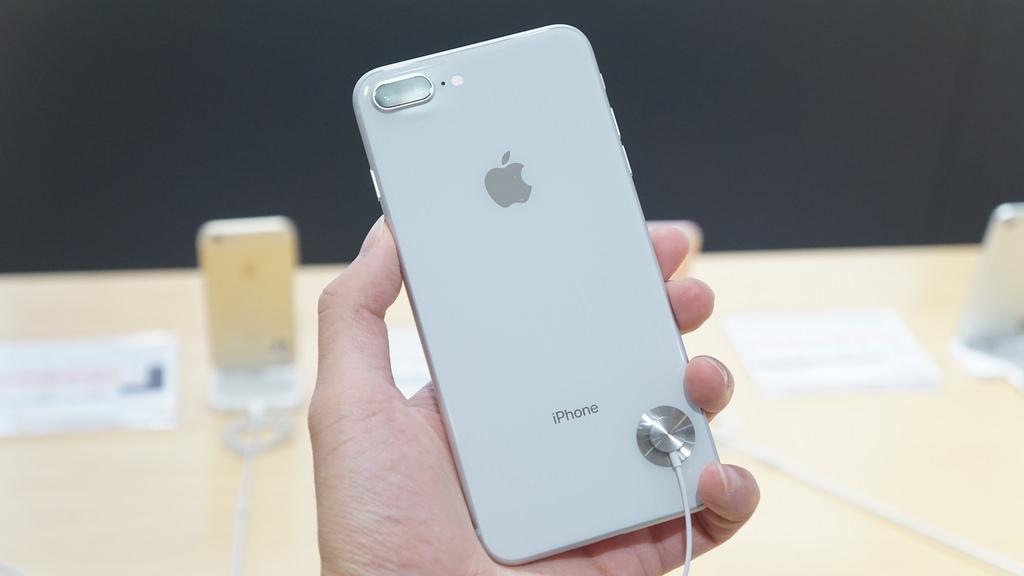 「iPhone 8」の背面ガラス、割れたら修理費用は最大43,800円
