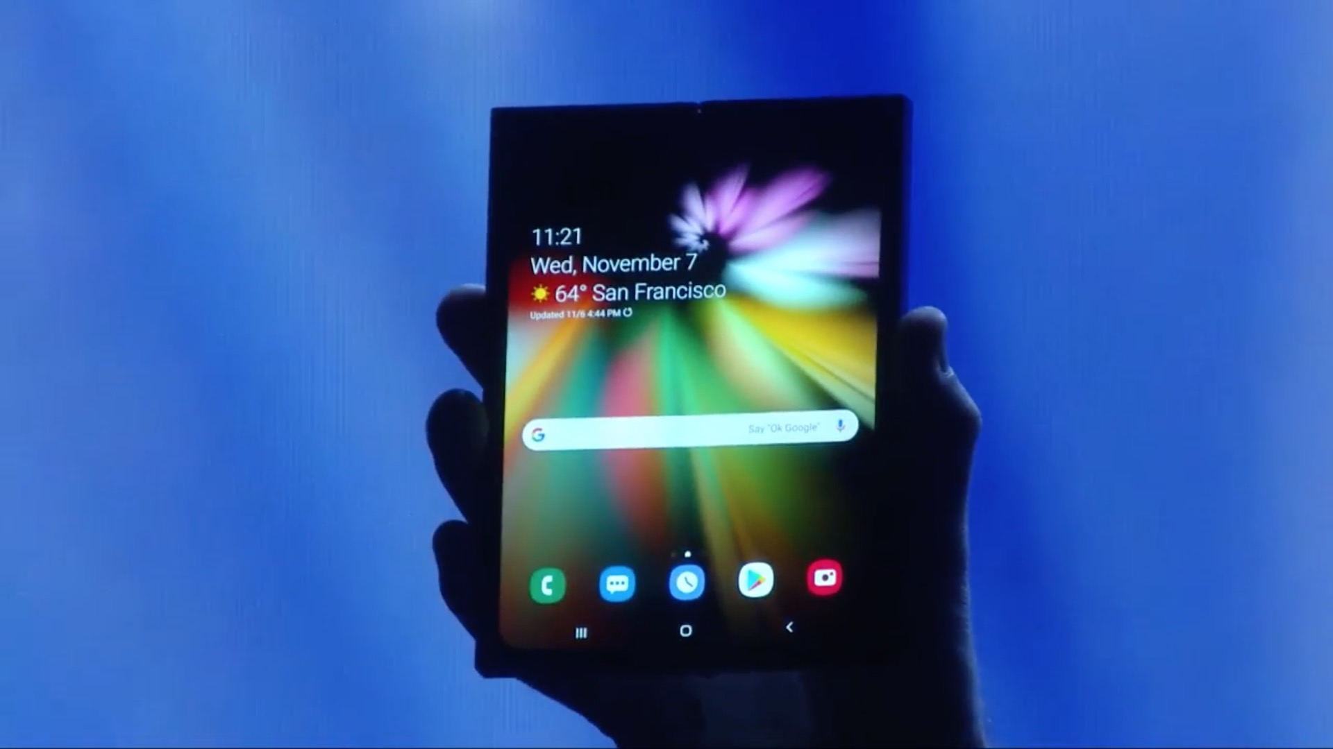 Samsung、折りたたみスマホを2019年発売へ 試作機を初公開。専用UIをAndroidが標準サポート