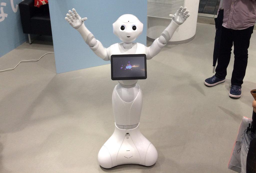 ソフトバンク、ヒト型ロボット「ペッパー」の生産停止。販売不振で昨夏から