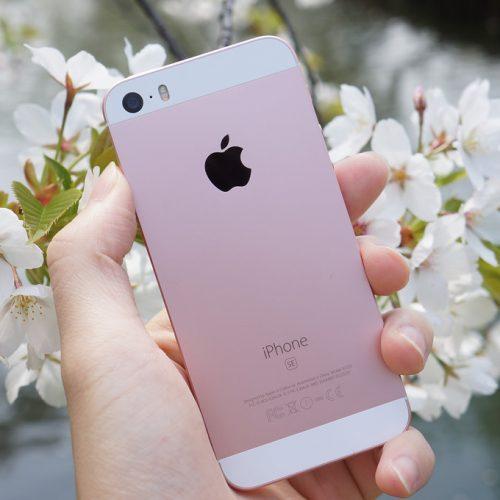 UQ mobileが「iPhone SE」を大幅値下げ。実質108円、一括購入なら月額302円に